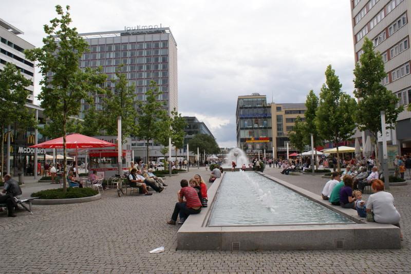 Die Shopingmeile Dresdens an der Prager Strasse.