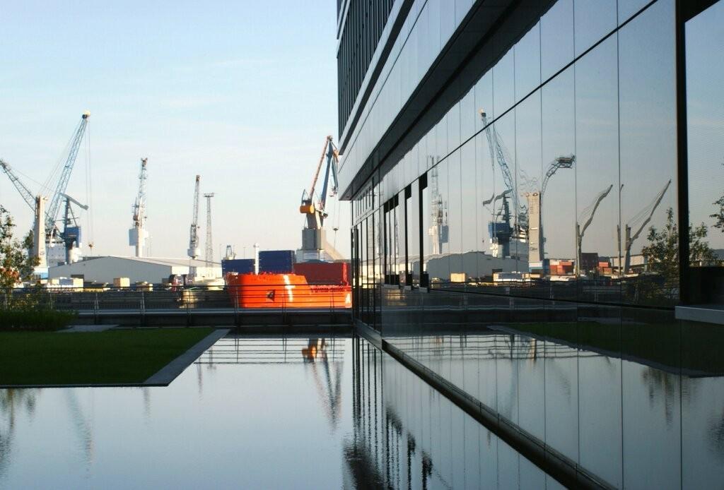 Spiegelungen in der modernen Hafen-City.