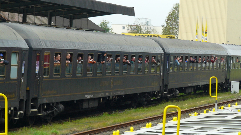 Neugierige Eisenbahnfan im Pendelzug nach Maktschorgast.