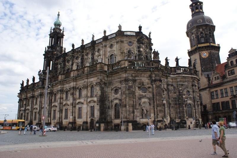 Die Hofkirche vom Theaterplatz her gesehen.