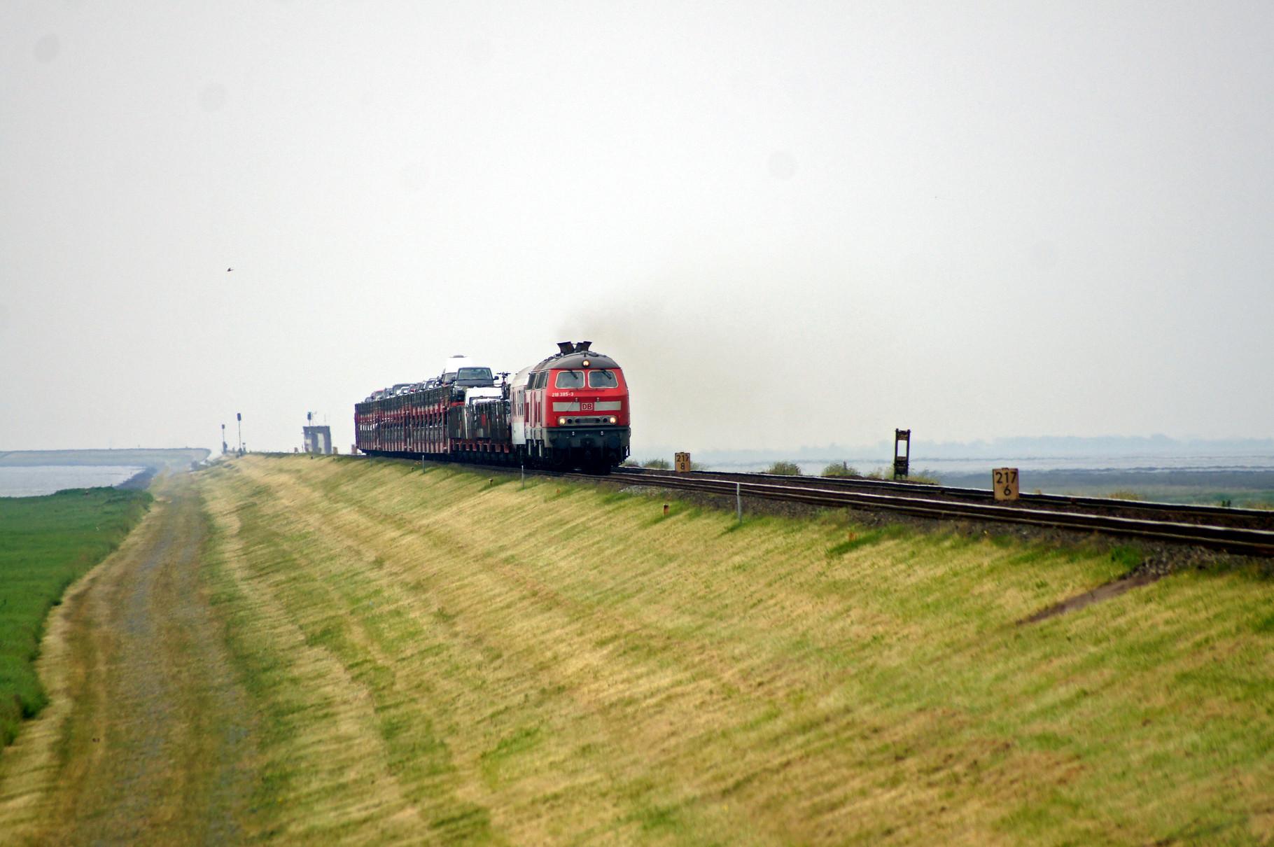 Der nächste Sylt Shuttle von Westerland kommt über den Hindenburgdamm.