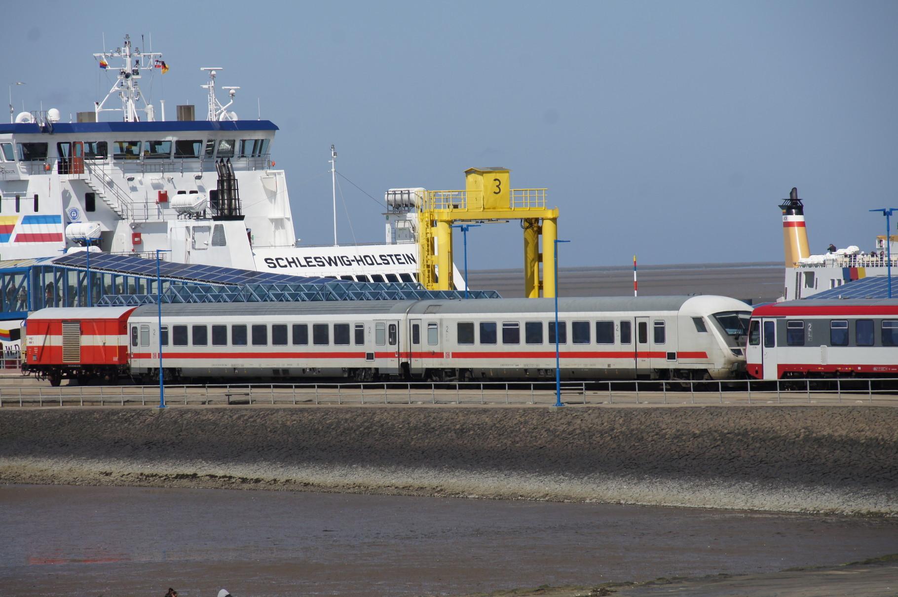 Es werden auch direkte Wagen nach Hamburg geführt.