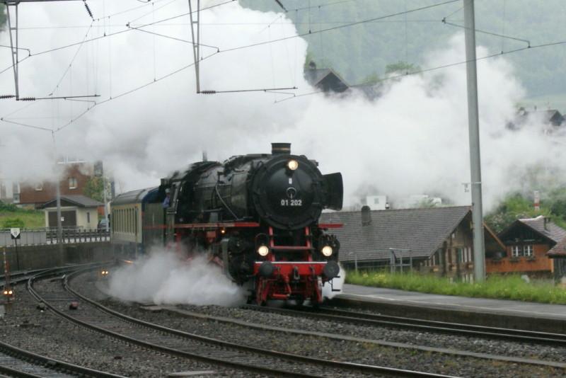 Als erste kommt die Pacific 01 202 angedampft. Hersteller Henschel & Sohn in Kassel sowie Krupp; Inbetriebnahme 1937.