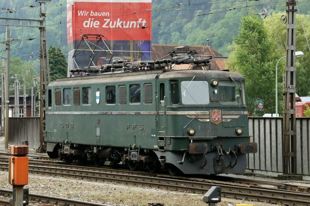 """Die Gotthardlokomotive Ae 6/6 11411 """"Zug"""" sieht etwas mitgenommen aus. Der Anstrich ist angerostet und die Vögel haben das Ihre dazu beigetragen. Es fehlt das Geld für eine Restauration."""