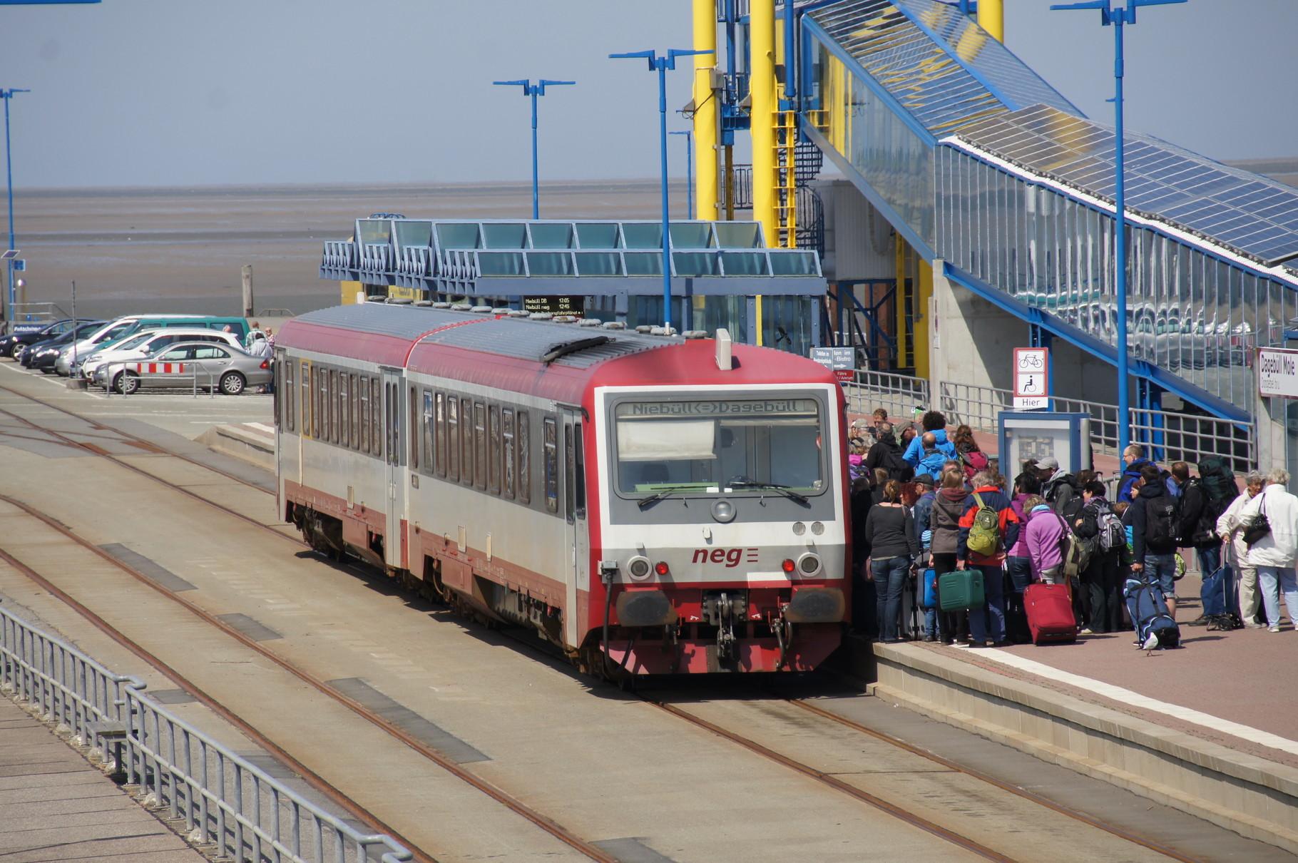 """Der Bahnhof """"Dagebüll- Mole"""" befindet sich ausserhalb des Deiches, unmittelbar neben dem Fähranleger."""