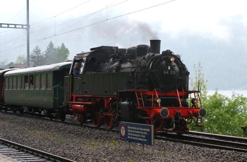 Durchfahrt der 64 518 an der Station Därligen.