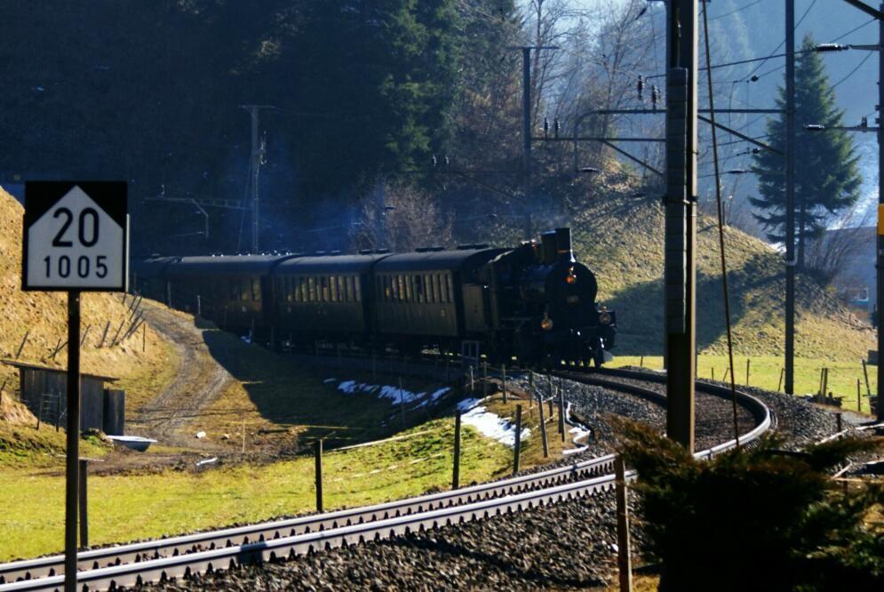 Der historische Zug  mit der B 3/4 Nr. 1367 verlässt einem Tunnel bei Wiggen.