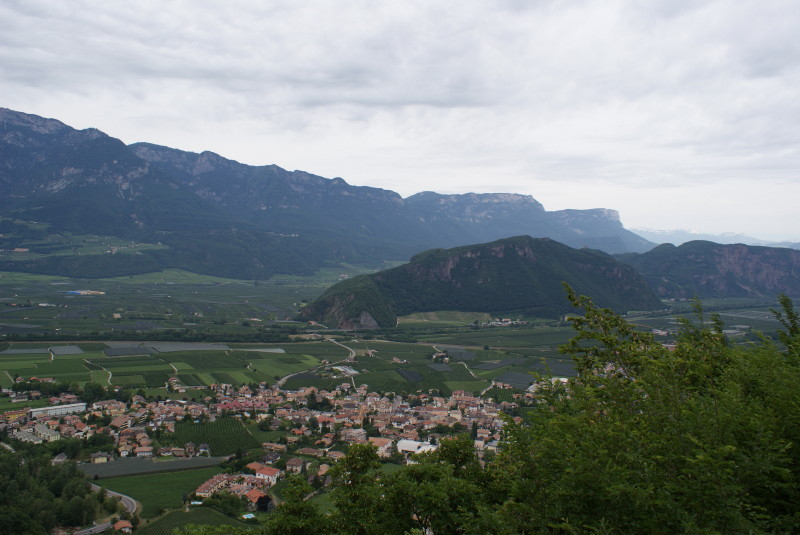 Blick von der Strasse zum Vigo di San Lugano runter ins Tal.