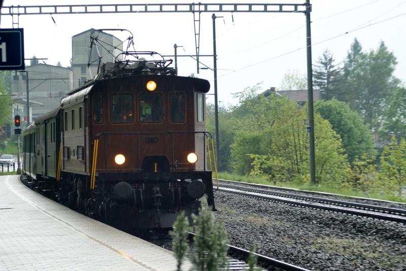 Die BT 14 (Be 4/4) aus dem Lokremise Sulgen bei einem kurzen Zwischenhalt an der Station Därligen.