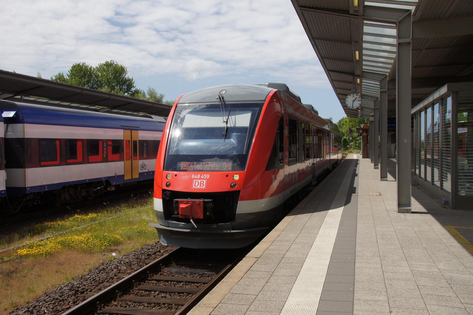 Regionalzug nach St. Peter Ording. Ein Triebwagen der BR 648 der DB (Alstom LINT) im Bahnhof von Husum.
