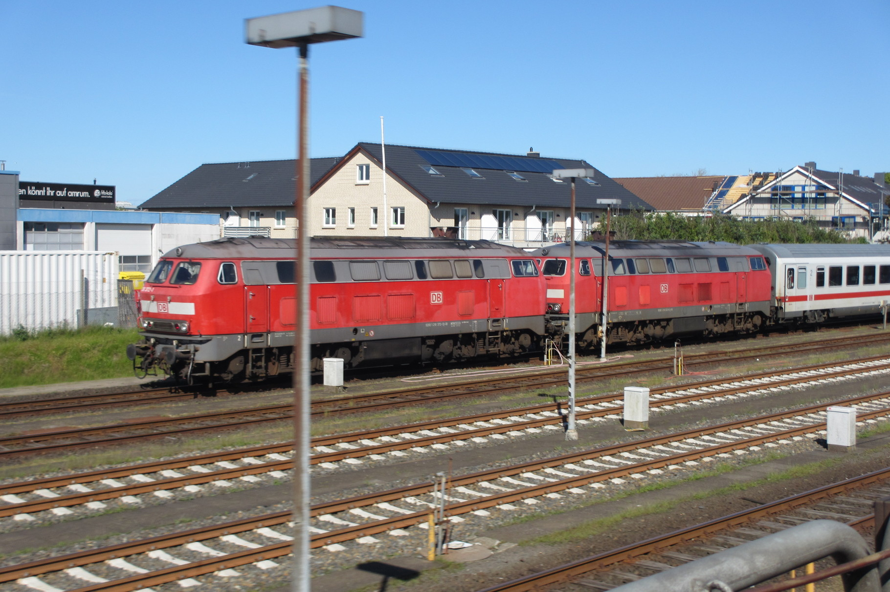 V 218 Doppeltraktion bei der Einfahrt in den Bahnhof von Westerland/Sylt.