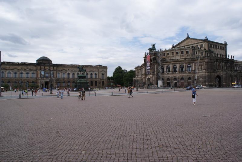 Der Theaterplatz mit der berühmten Semperoper (rechts).