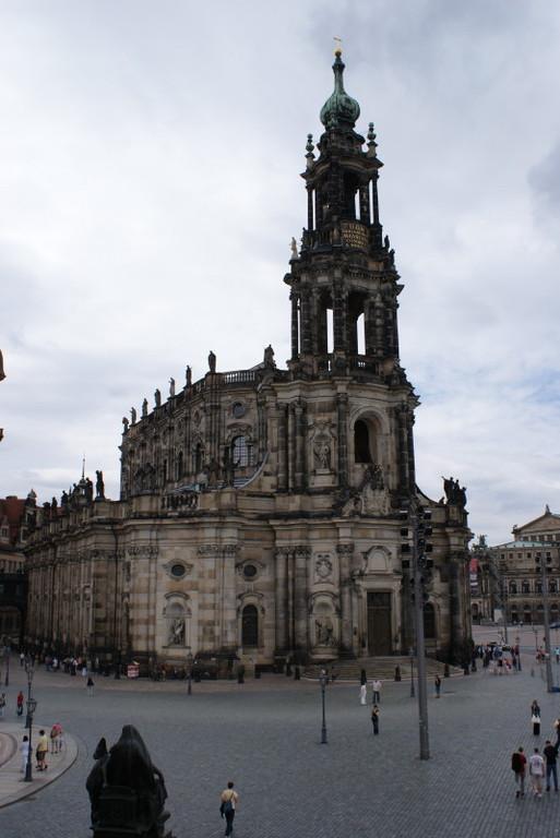 """Blick von der """"Brühlschen Terrasse"""" auf die Hofkirche."""
