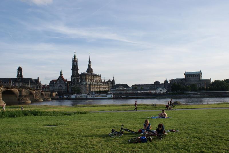 Blick auf die Hofkkirche mit dem Theaterplatz vom gegenüberliegenden Elbufer.