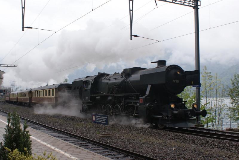 Durchfahrt in Därligen. Die 52 221.