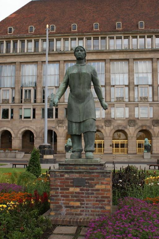 Die Trümmerfrau Dresdens vor dem Rathaus.