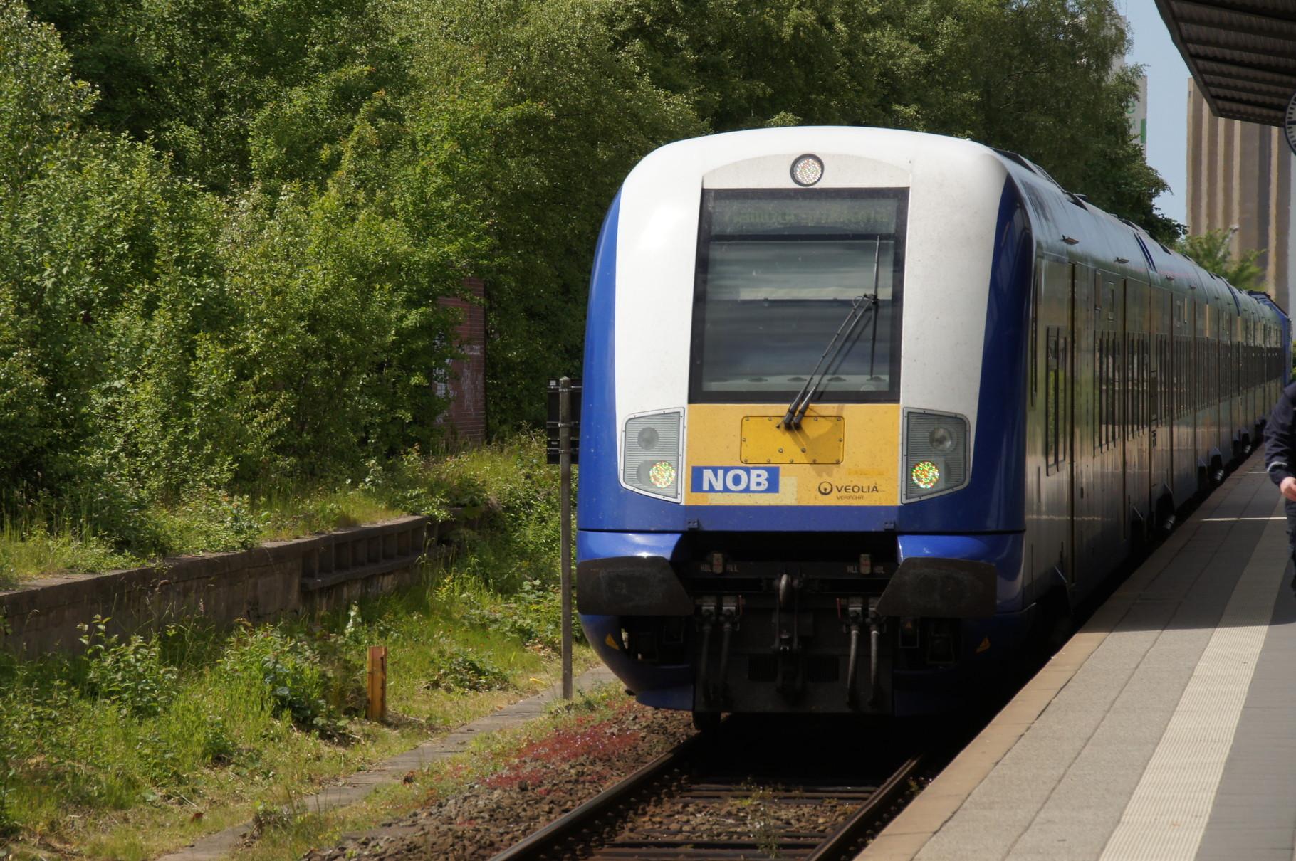 Einfahrt des Zuges nach Amburg-Altona. An der Spitze ein Bombardier Steuerwagen an der Spitze eines Zuges von Husum nach Hamburg-Altona