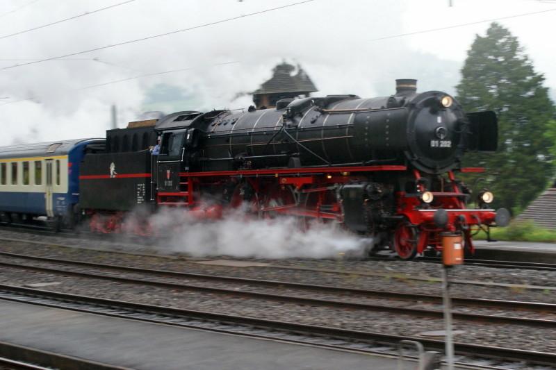 In voller Fahrt am Bahnhof von Leissigen vorbei. Die Pacific 01 202.