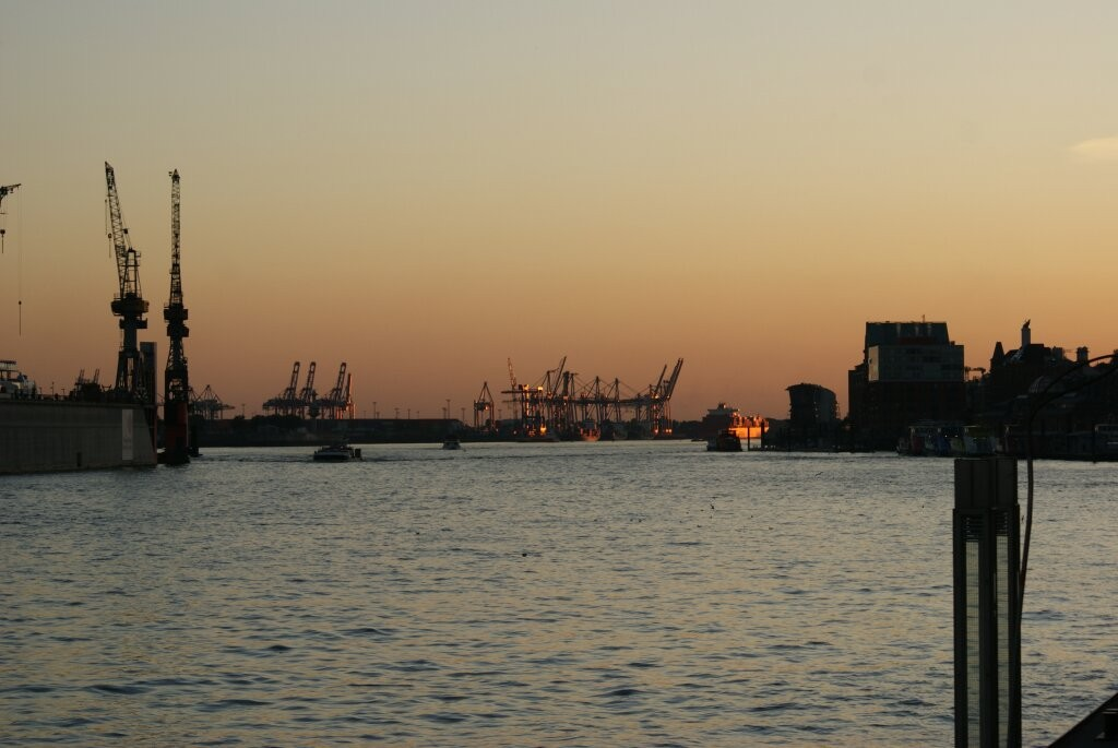 Abendstimmung über dem Hamburger Hafen.