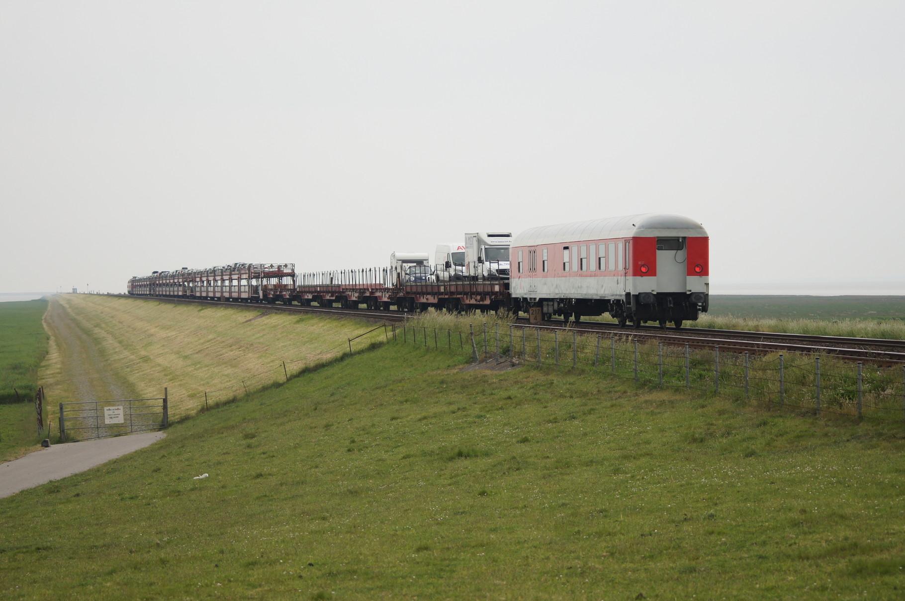 Der Zug auf voller Fahrt über den Hindenburgdamm in Richtung Westerland.
