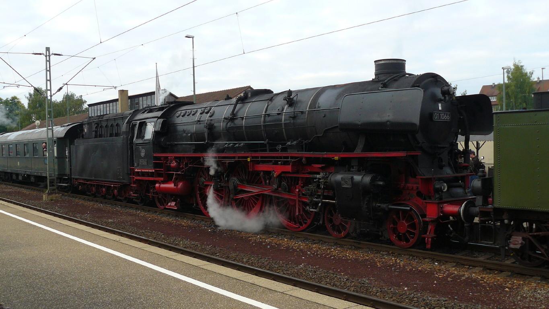 Die 01 1066 vom Bahnsteig gegenüber.