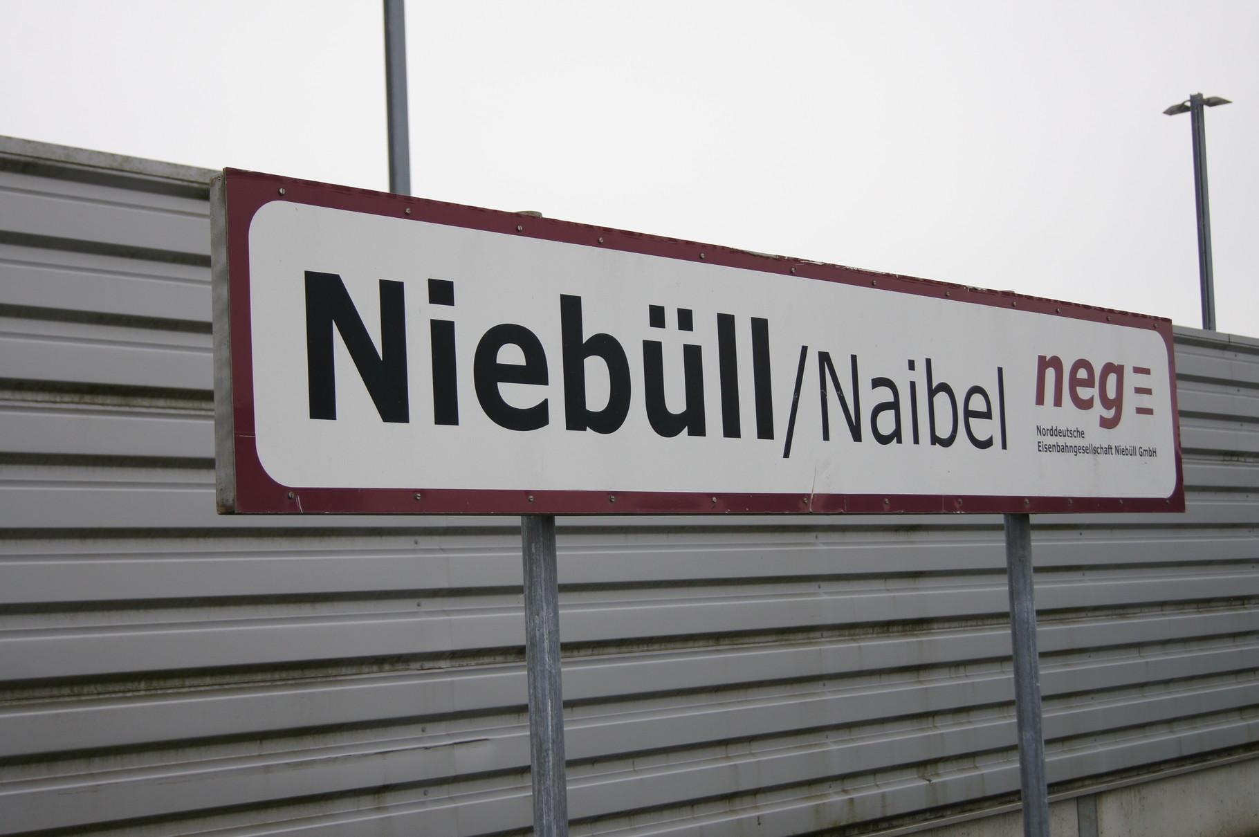 In Nordfriesland werden die Bahnhöfe auch in Friesisch angeschrieben.