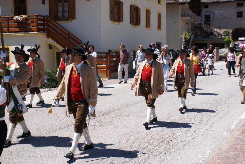 Die Fleimstaler Schützen marschieren auf.