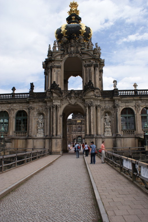 Am Eingang in den Dresdner Zwinger.