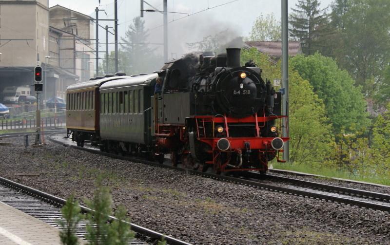 Durchfahrt der 64 518 an der Station Därligen. Die Lok gehört dem Verein Historische Eisenbahn Emmental (VHE). Baujahr 1940 durch Arn. Jung, Jungenthal.