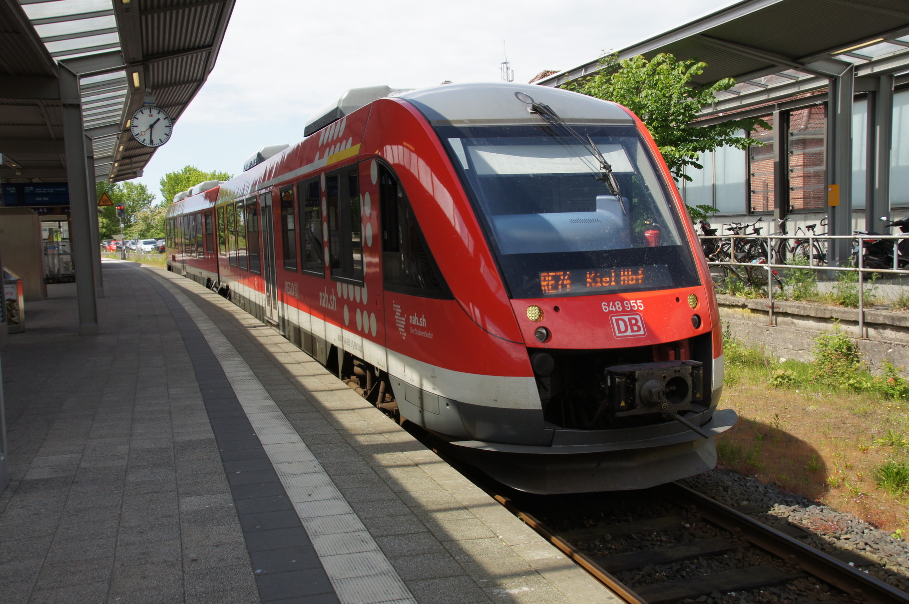 Regionalzug nach Kiel. Ein Triebwagen der BR 648 der DB (Alstom LINT) im Bahnhof von Husum.