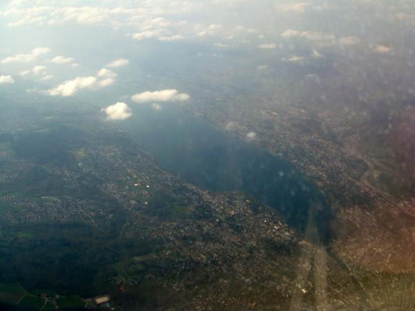 Schon in der Luft; unter uns der Zürichsee.