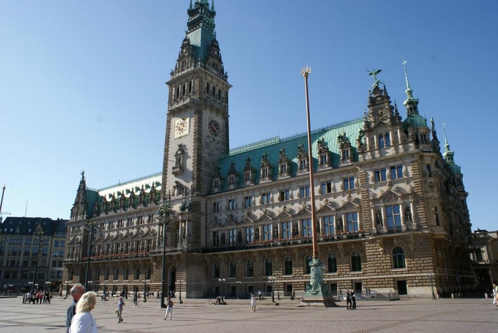 Das Rathaus von Hamburg. Es soll mehr Zimmer haben als der Buckingham-Palast in London.