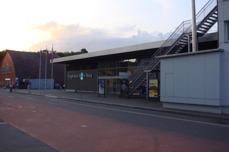 Frühmorgens um 6:00 Uhr vor dem Portal zum Flughafengebäude.