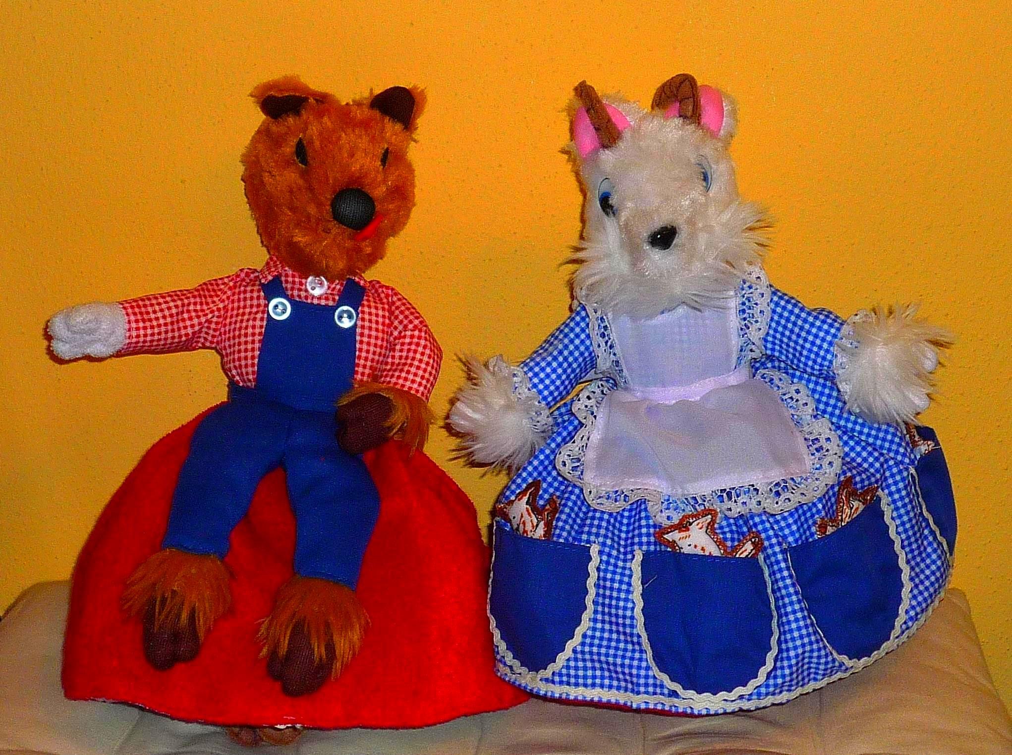 Wolf & die 7 Geißlein 25 cm Mama Geiß mit 7 kleinen Geißlein in den Taschen und der böse Wolf mit weißer Pfote.