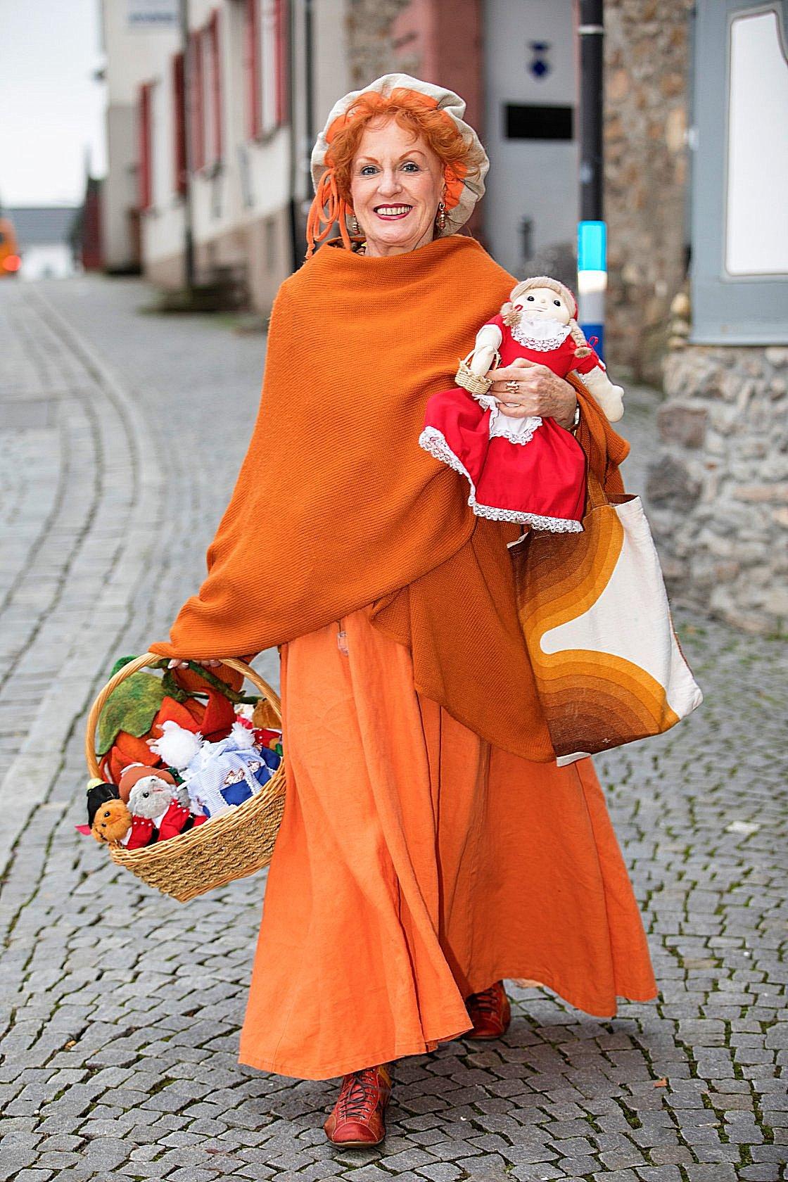 Die Märchenerzählerin auf dem Weg zu einem Adventscafé. Immer die Märchenpuppen als Begleiter dabei.
