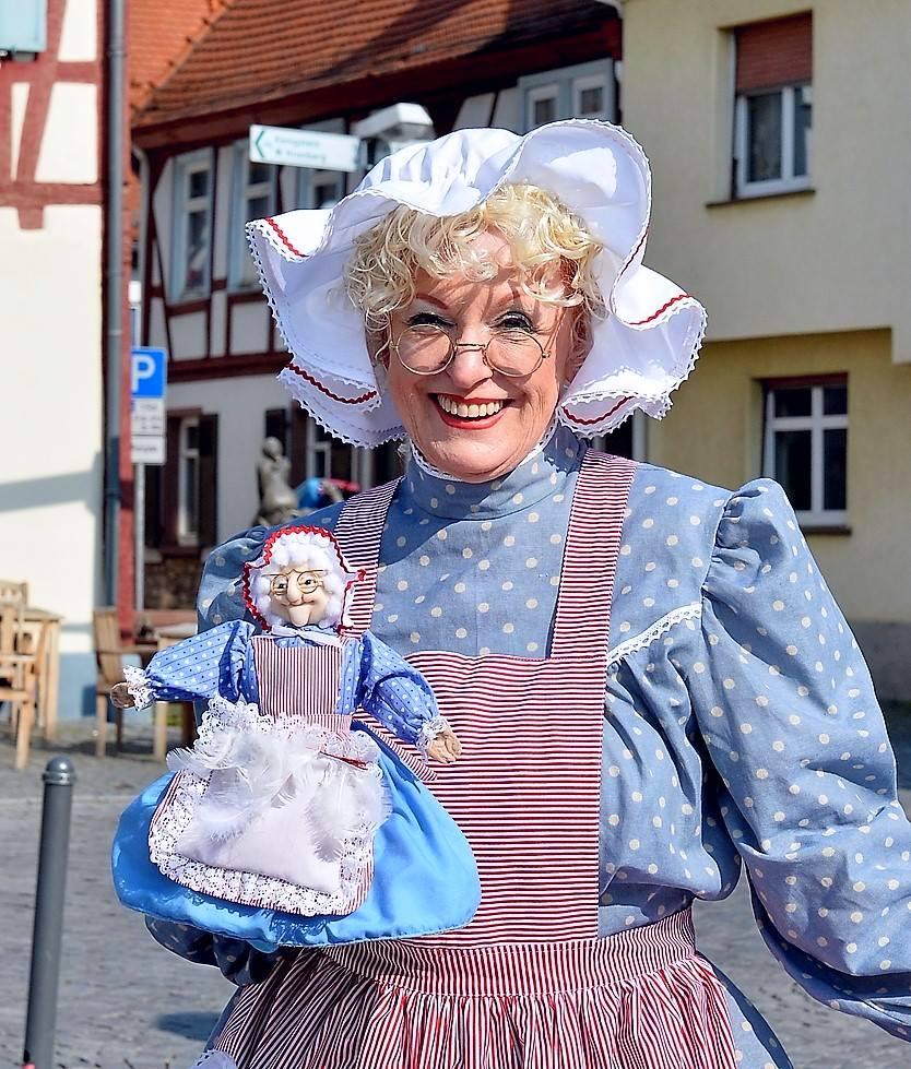 Unsere Märchenpuppe Frau Holle ist mit Märchenerzählerin Angela Behrs lebendig geworden.