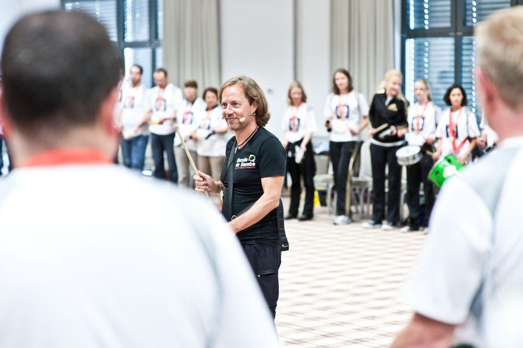 Photo eines Escola de Samba Team-Workshop, effektives Teambuilding mit Samba Team-Drumming