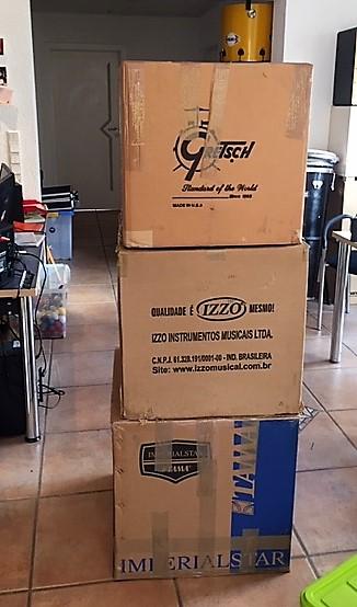 Foto mit Kisten mit Samba Team-Drumming Instrumente, ordentlich verpackt und für die Übersee-Reise verzollt