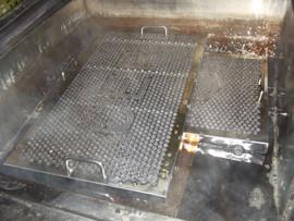 ①グリスフィルターを100℃の強アルカリ特殊洗剤液に2時間漬置きします。