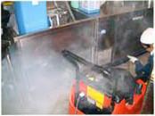 厨房機器の床下やフード内部を高圧スチームで洗浄