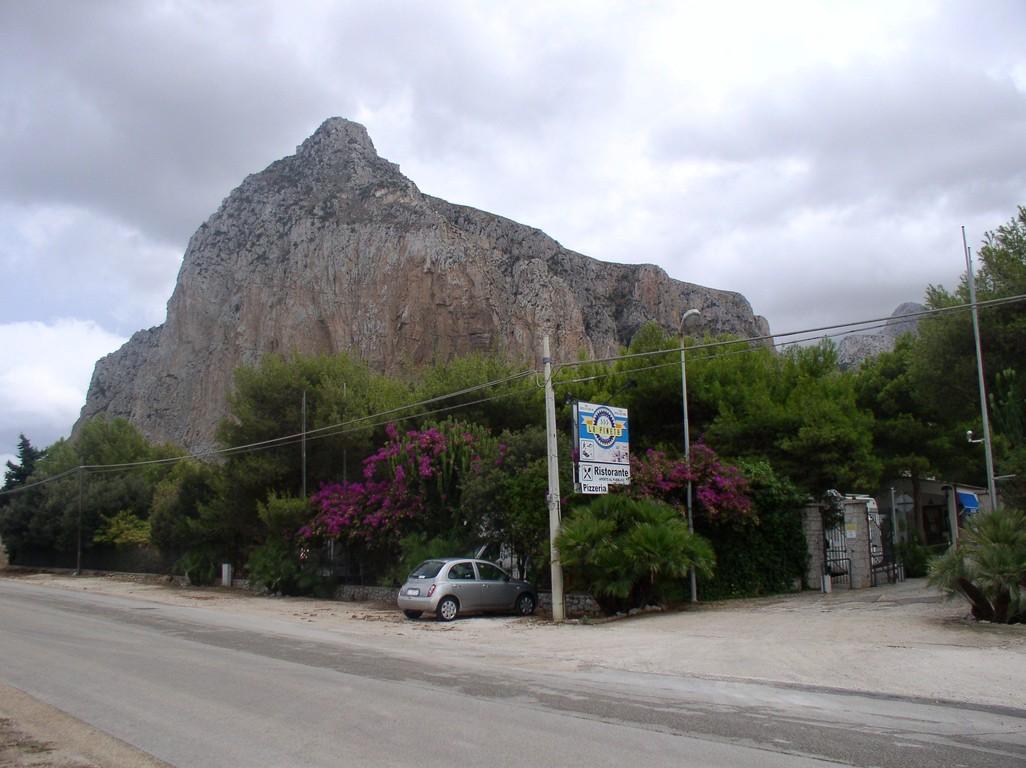 Unterhalb des Fels ist der CP La Pineta