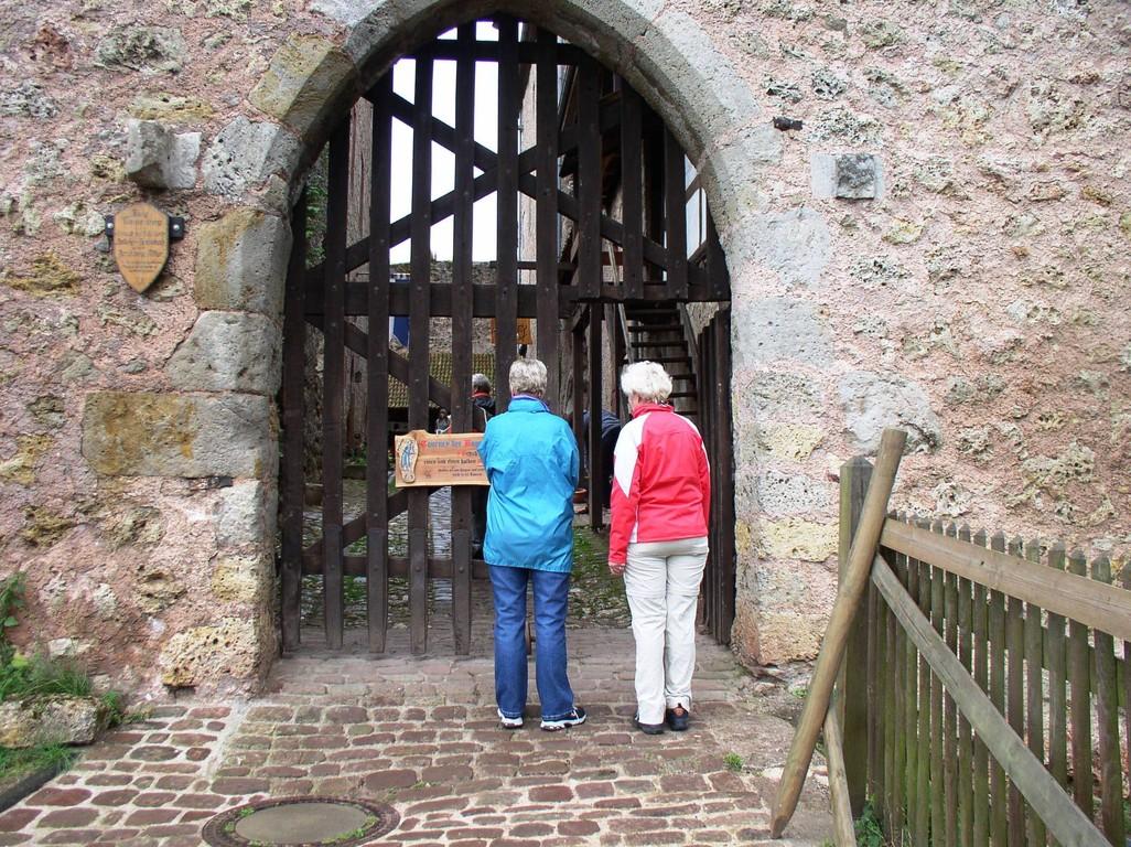 Vor dem Eingang der Burg.