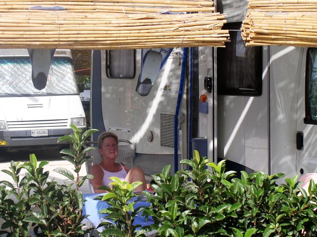 Stellplatz von Scarabeo mit Sonnenschutz