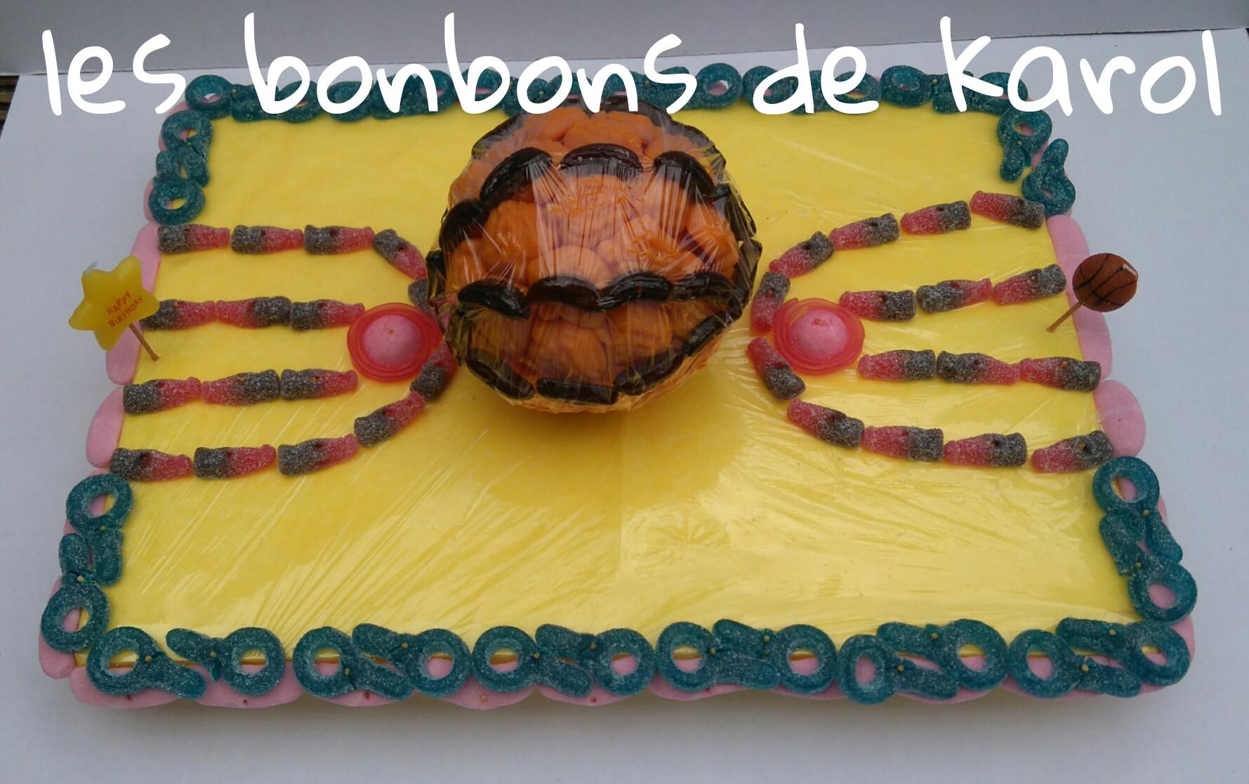 TERRAIN/BALLON BASKET 30 € (env. 1080 gr et 163 bonbons + 4 grands ours chocolat 44x32 cm)