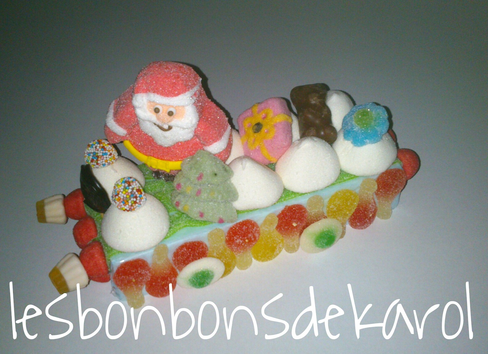 TRAINEAU cadeau ourson 17,50 € (ht13 larg 12 lg 27 cm - 435 gr - 54 bonbons + 1 père noël + 1 ourson chocolat + 1 cadeau)