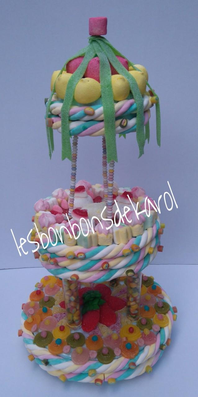 CARROUSEL GEANT 75 € (2260 gr et 491 bonbons + 8 m tresse + 3 colliers + 4 boules coco - diam 36 ht 66 cm)