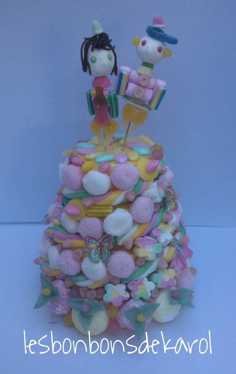 LES MARIES 58 € diam.28 et ht 45 cm - 1240 gr et 207 bonbons + 2 m tresse + 9 feuilles azyme)