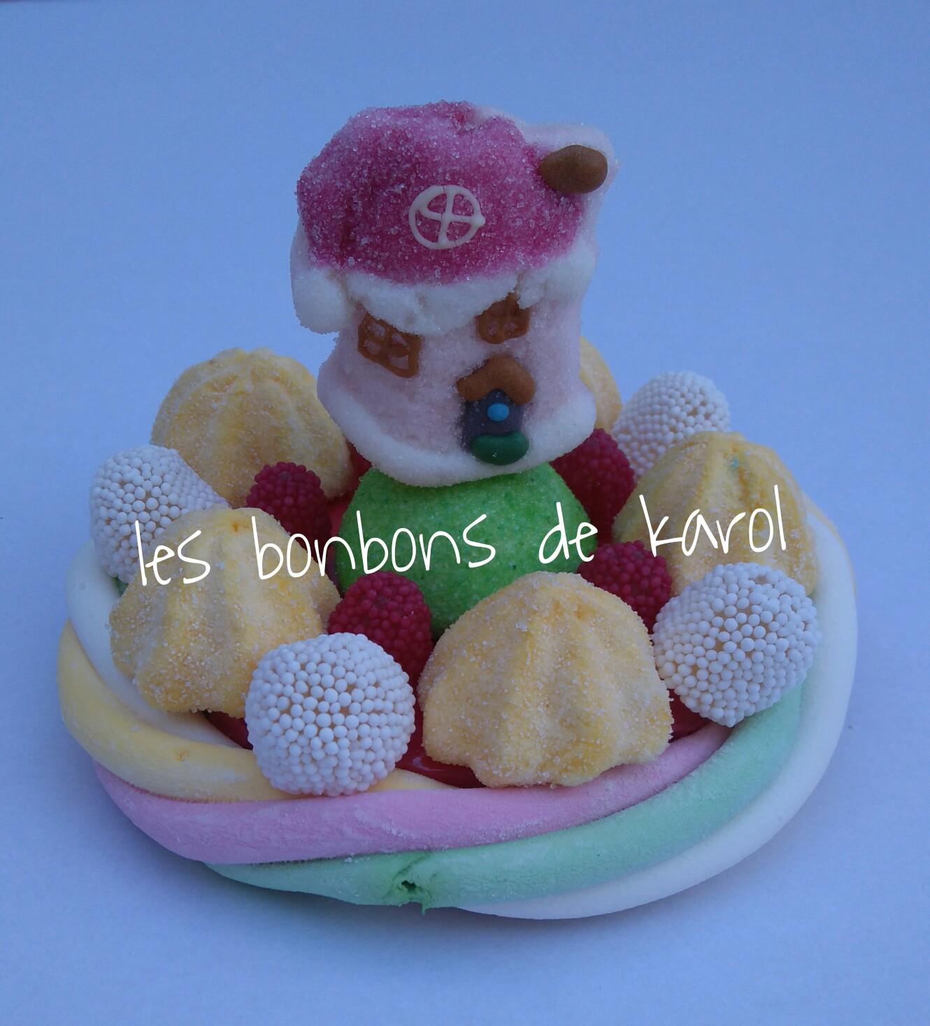 LA PETITE MAISON DU PERE NOEL 6 €  (env. 136 gr et 16 bonbons + 1 maison + 1/2 tresse guimauve - diam. 9,5 cm)