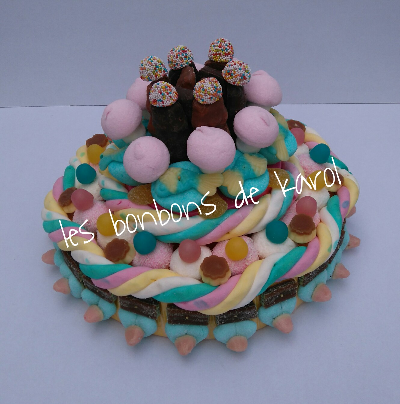 SAMBA 38 € (1180 gr et 148 bonbons + 2 tresses guimauve + 10 ours chocolat - diam 30 ht 20 cm)