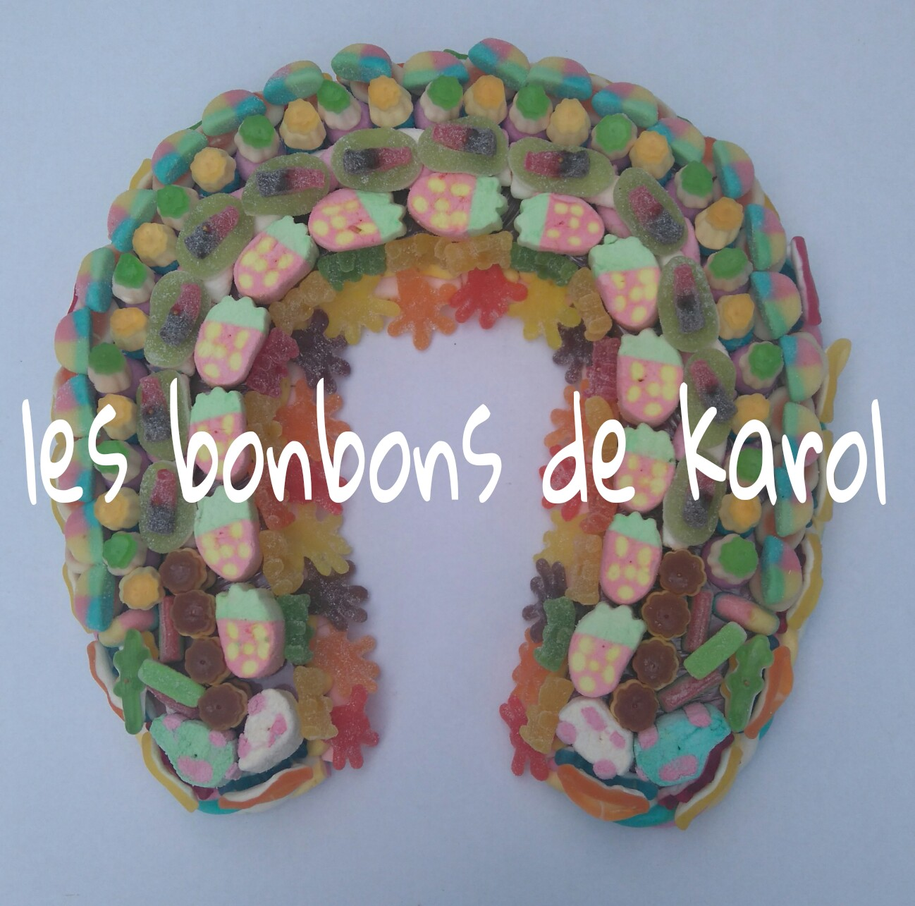 GRAND FER A CHEVAL 48 € (env. 1880 gr bonbons et 294 bonbons + 2 tresses guimauve - 40x40 cm)